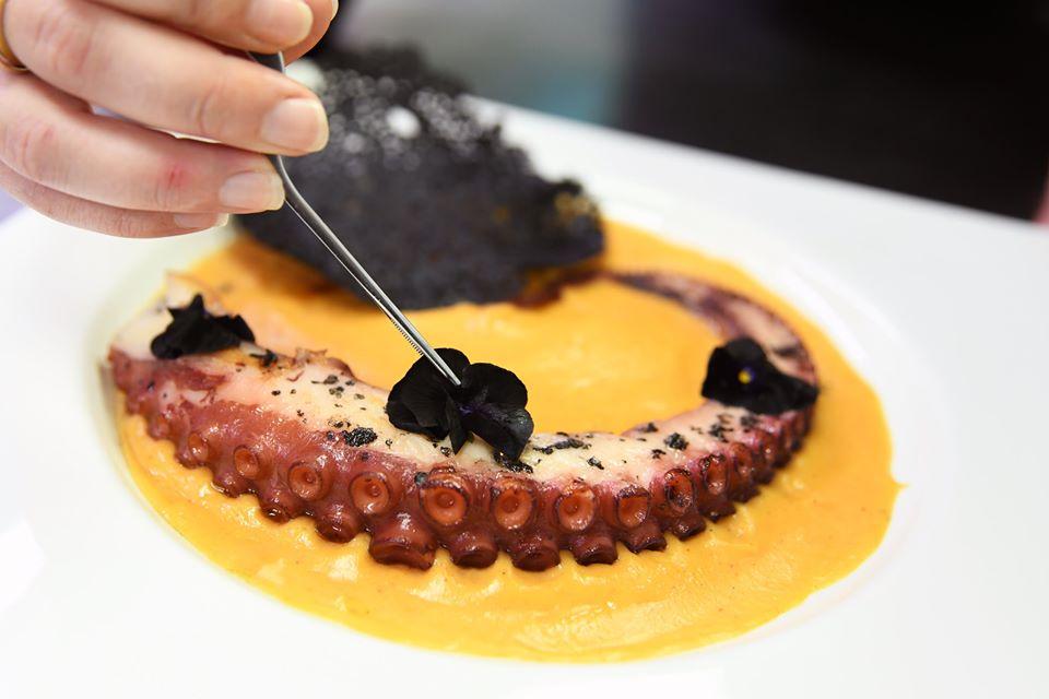 Restaurante de cocina creativa con recetas tradicionales andaluzas, ideal para grupos.