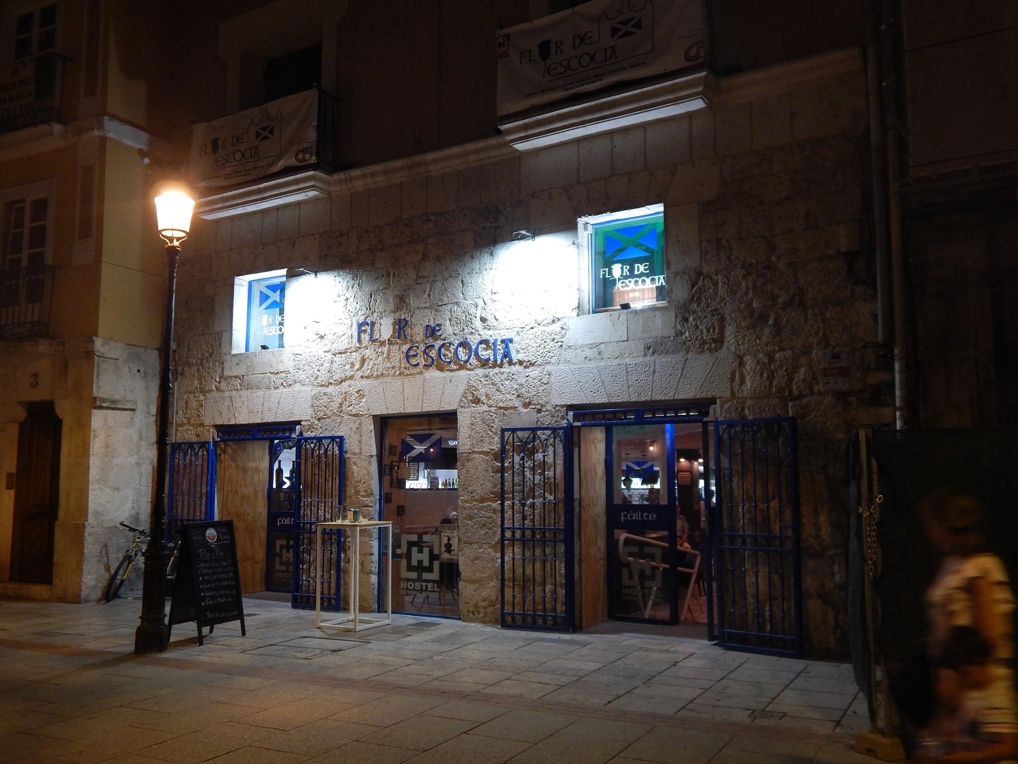 Restaurante situado a 2 minutos de la Catedral de Burgos, donde poder disfrutar de cocina tradicional y de un buen partido de rugby.