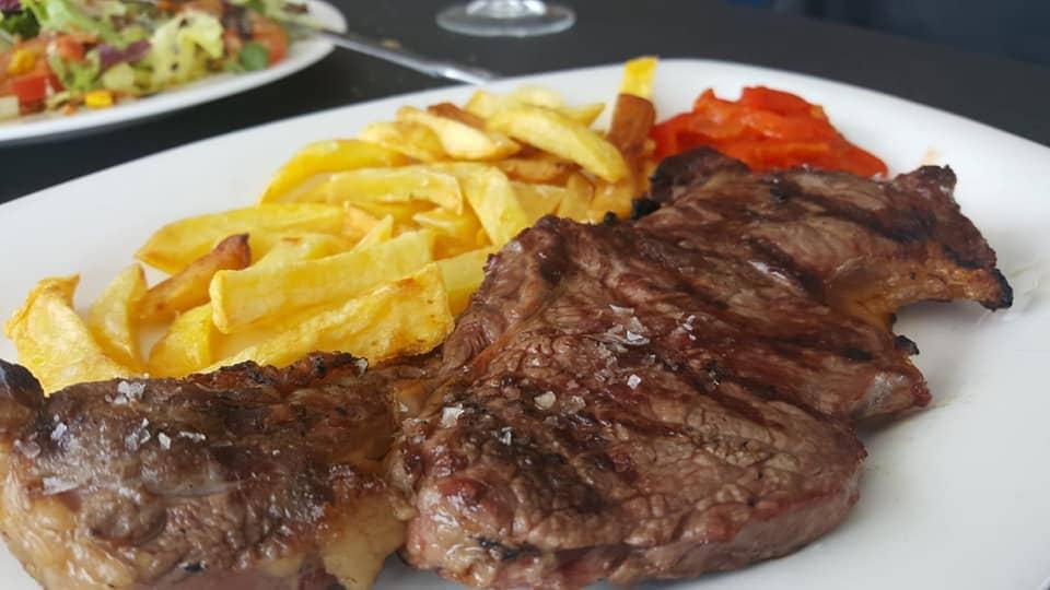 Restaurante asador de cocina española local que se especializa en carnes a la brasa, en Fontioso
