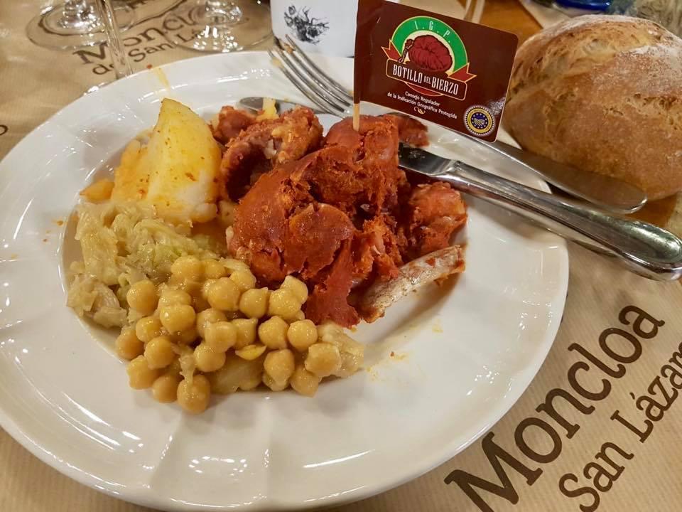 Restaurante de cocina tradicional berciana, situado junto al Camino de Santiago a 15 minutos en coche de Ponferrada.